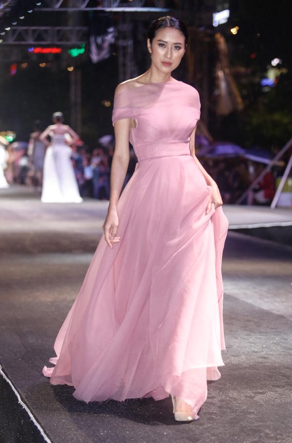 vo-hoang-yen-do-dan-em-loang-choang-tren-san-catwalk-2