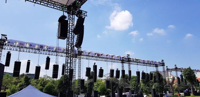 Lần đầu tiên tổ chức tại Hà Nội, chương trình đã có màn ra mắt hoành tráng với 28 hệ thống loa line array, nhiều gấp gần 5 lần so với trước đó làm tại TP HCM. Đáng chú ý khi Plase Show lần này có sự góp mặt của những thương hiệu hàng đầu quốc tế trong lĩnh vực pro-audio như LAcoustic, RCF, Adamson, JBL...