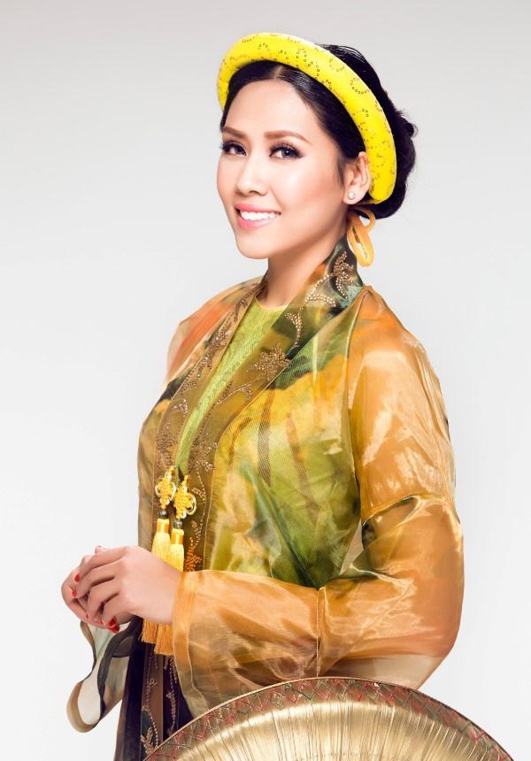 Tông vàng sang mang vẻ đẹp vương quyền cùng sắc hoa uyển uyển trên trang phục giúp Nguyễn Thị Loan nổi bật và tự tin tham gia phần thi phụ.