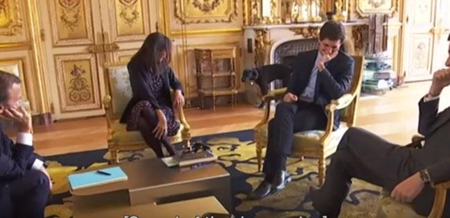 Các vị lãnh đạp cấp cao của Pháp cười to khi gặp tình huống trớ trêu.