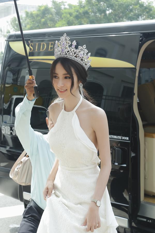 hoa-hau-chuyen-gioi-thai-lan-2017-dep-khong-ty-vet-khi-du-event-o-viet-nam