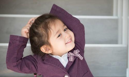 Cô bé lai Thụy Sĩ ngọng nghịu hát 'Em gái mưa'