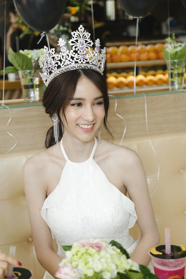 hoa-hau-chuyen-gioi-thai-lan-2017-dep-khong-ty-vet-khi-du-event-o-viet-nam-3