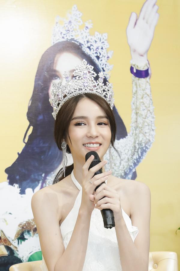hoa-hau-chuyen-gioi-thai-lan-2017-dep-khong-ty-vet-khi-du-event-o-viet-nam-8