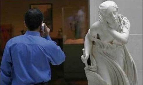10 ảnh con người tạo dáng 'bá đạo' bên các bức tượng