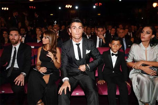 C. Ronaldo và bạn gái được xếp ngồi cùng hàng với vợ chồng Messi tuy nhiên hai danh thủ lại không ngồi cạnh nhau.