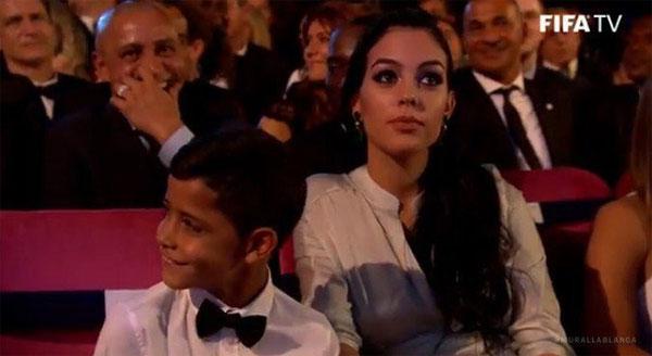 Nhóc Cristiano Jr nhìn Messi một cách đầy ngưỡng mộ khi bố đang phát biểu trên sân khấu.