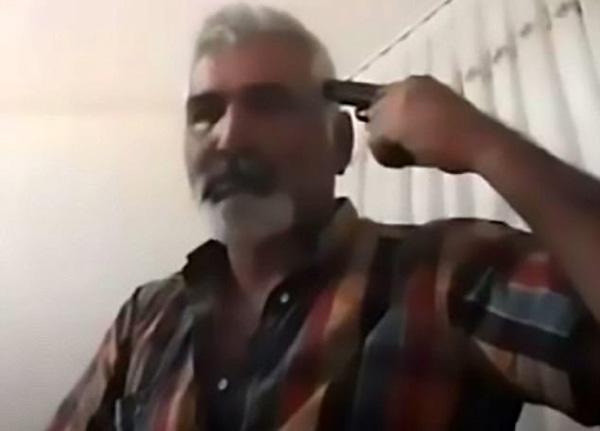 Ayhan Uzun chĩa súng vào đầu trước khi bóp cò.