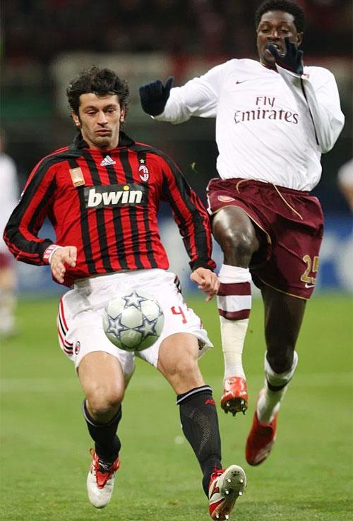 Kaladze thi đấu ở vị trí hậu vệ