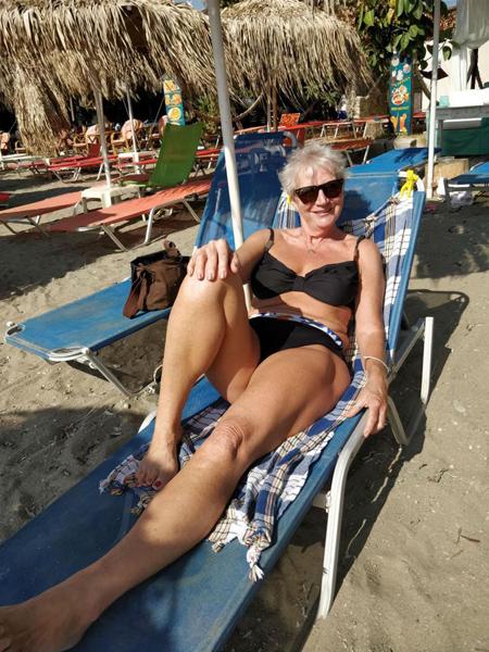 Bà Karon đang có kỳ nghỉ tại Crete để sáng tác cuốn tiểu thuyết mới.