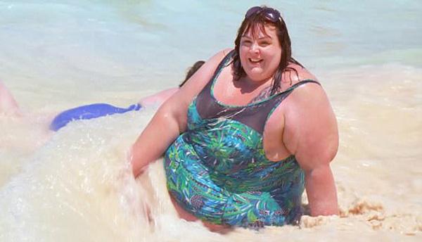 Alice Young thoải mái vui đùa với những con sóng trong chuyến nghỉ dưỡng ở The Resort,