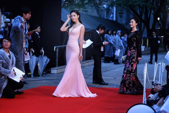 Thời tiết ở Tokyo mưa lạnh và gió to nhưng không ngăn được người đẹp tự tin khoe dáng. Clara nổi bật trên thảm đỏ.