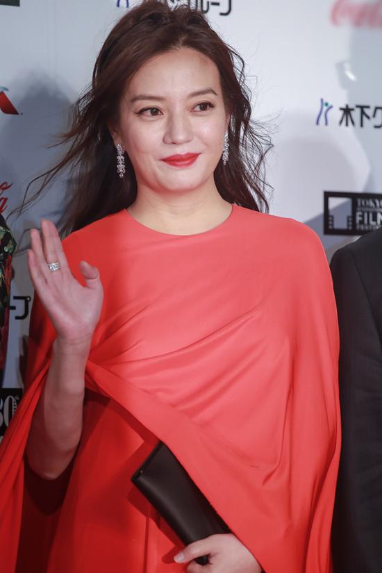 Triệu Vy cũng là một trong những ngôi sao nổi bật nhất trên thảm đỏ Tokyo. Nữ diễn viên kiêm nhà sản xuất và đạo diễn 41 tuổi là thành viên ban giám khảo năm nay.