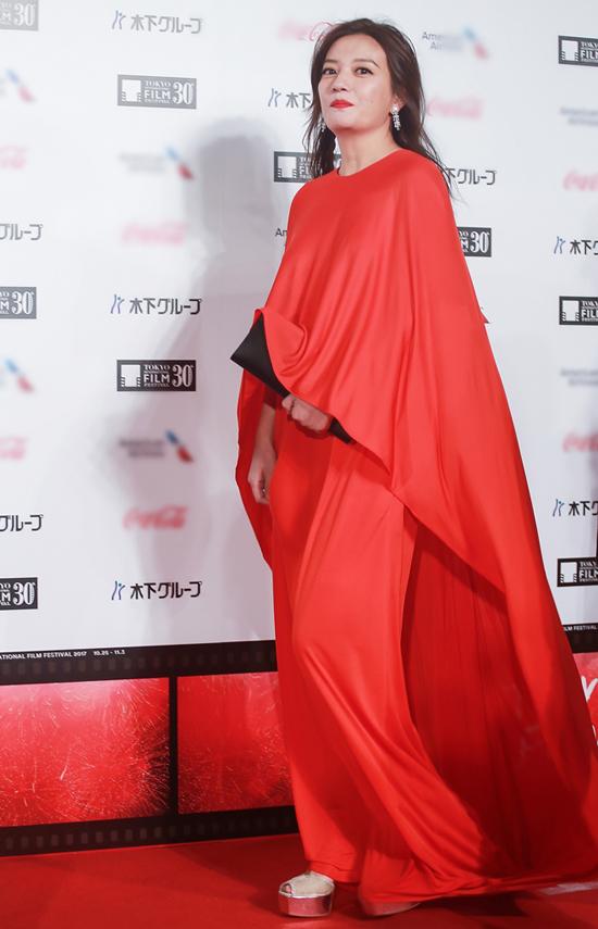 Tiểu Yến Tử chọn chiếc váy màu đỏ kín đáo nhưng phô diễn được vẻ thướt tha, yêu kiều khi sải bước trên thảm đỏ.