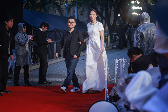Đạo diễn Cửu Bả Đao sánh bước bên người đẹp Eugenie Liu. Cả hai tới Tokyo giới thiệu bộ phim kinh dị mon mon mon Monsters.