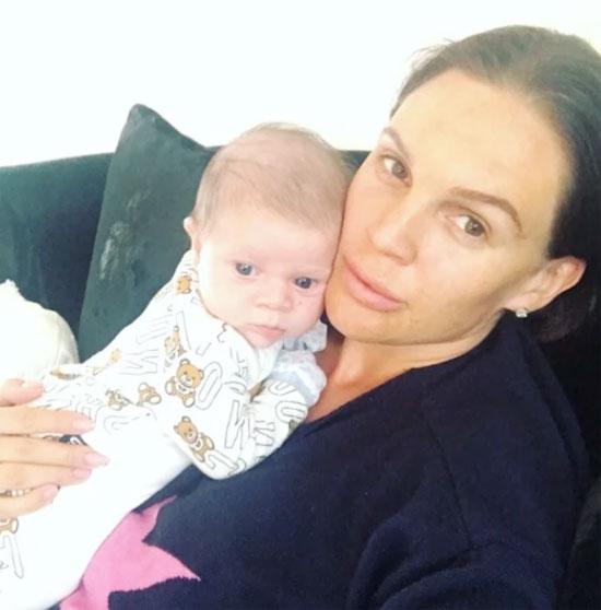 Danielle Lloyd và cậu nhóc Ronnie 5 tuần