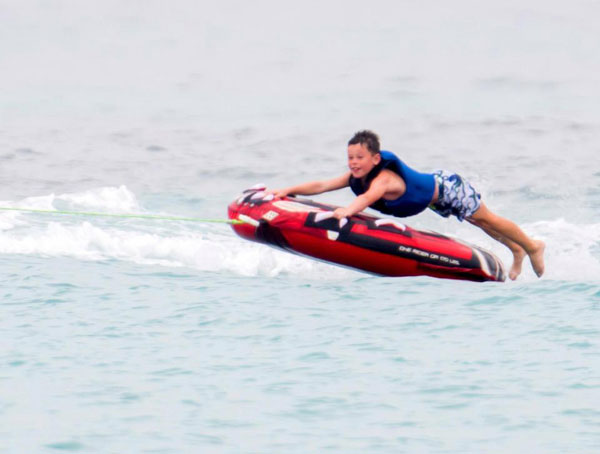 Cậu nhóc nhà Rooney cũng không ngại thể hiện các môn thể thao dưới nước mạo hiểm.