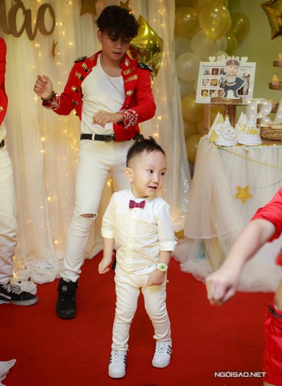 vo-chong-tuan-hung-mung-con-trai-tron-3-tuoi-4