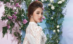 Jolie Nguyễn đẹp thanh thoát trong 3 mẫu áo dài trắng