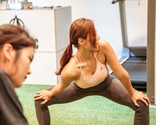 Cô bắt đầu tới phòng gym và tập luyện dưới sự hướng dẫn của huấn luyện viên thể hình.