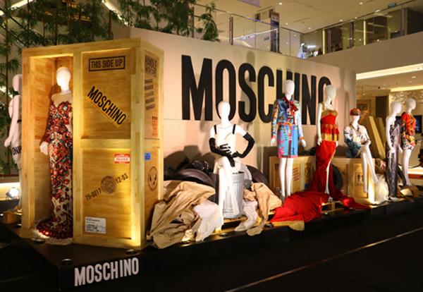 Tối thứ 6 vừa qua (27/10), triển lãm thời trang trưng bày bộ sưu tập Thu Đông 2017 của thương hiệu từ Ý Moschino được ra mắt tại sảnh chính TTTM Saigon Centre.