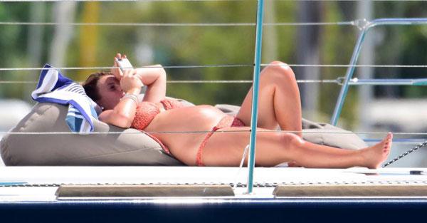 Bà bầu 6 tháng thảnh thơi nằm dài trên du thuyền