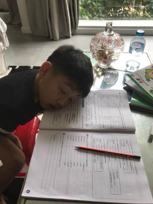 Subeo ngủ quên trên bàn học. Bố Cường Đôla viết: Chúng ta cùng cố gắng.