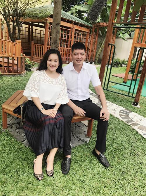 Vợ chồng Bìh Minh - Anh Thơ diện đồ ton sur ton trên trắng dưới đen.