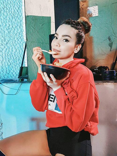 Hồ Ngọc Hà mặc áo hoodie xì tin, ăn tối vội vã ở nơi làm việc.