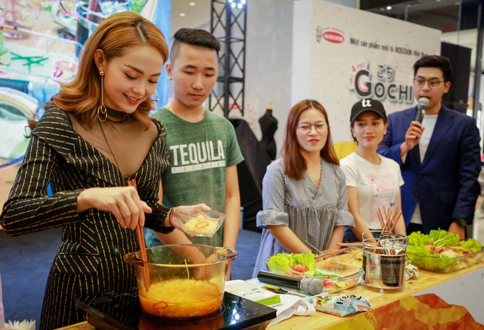 Minh Hằng tự tay nấu mì cho fan trên sân khấu
