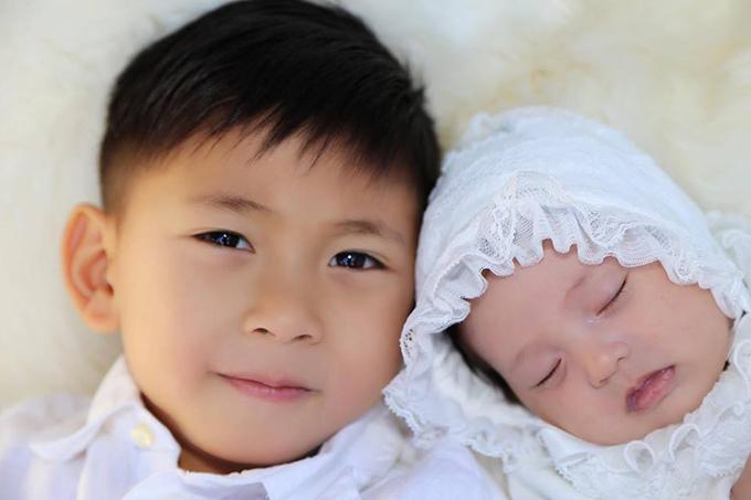 Hà Kiều Anh đăng ảnh con cùng lời chúc mừng sinh nhật con gái út tròn 2 tuỏi. Cô viết: Con hãy luôn sống khoẻ mạnh, vui vẻ trưởng thành, cứ mãi là cô con gái bé bỏng ngây ngô của gia đình mình nhé.