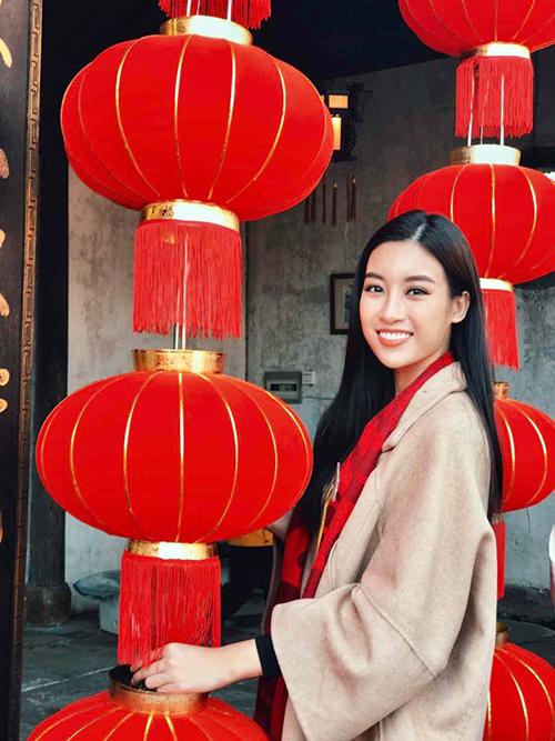 Hoa hậu Đỗ Mỹ Linh tham gia các hoạt động trong chương trình Miss World tại Hàng Châu (Trung Quốc). Cô chia sẻ: Lồng đèn đỏ khắp nơi làm Linh cảm giác như sắp Tết đến nơi rồi í cả nhà ạ haha. Ở vài vùng miền nước mình, lồng đèn đỏ tượng trưng cho hạnh phúc và may mắn. Linh thấy đúng lắm luôn. Nhìn thôi đã thấy vui quá trời vui nè.