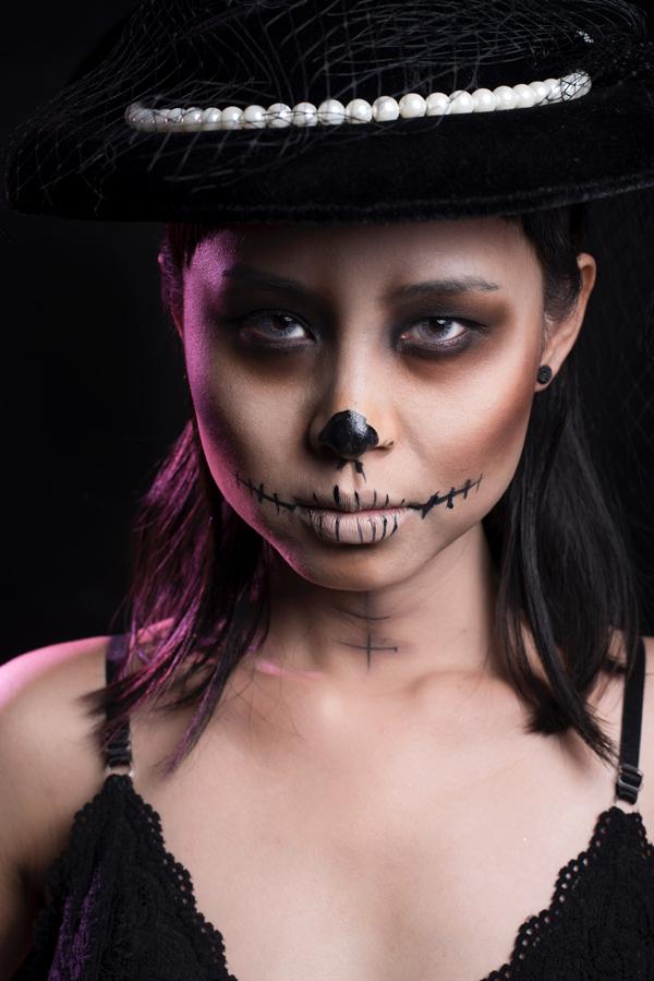 Trang điểm nền trắng hơn da một tone rồi đánh khối đậm để tạo góc cạnh cho khuôn mặt.