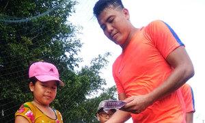 Thủ môn Bửu Ngọc làm từ thiện ở quê vợ