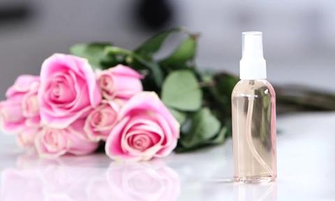 Tự làm xịt khoáng từ cánh hoa hồng hiệu quả không thua hàng hiệu