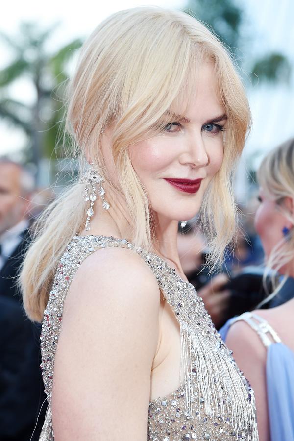 Màu đỏ mâm xôi cá tính nổi bật trên nền da trắng muốt của Nicole Kidman. Sắc son hơi trầm hợp với phong cách sang trọng của người đẹp 50 tuổi.