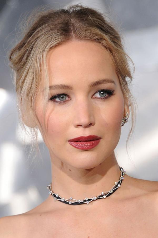 Lựa chọn phong cách trẻ trung, Jennifer Lawrence thường sử dụng những sắc son sáng. Màu son hồng
