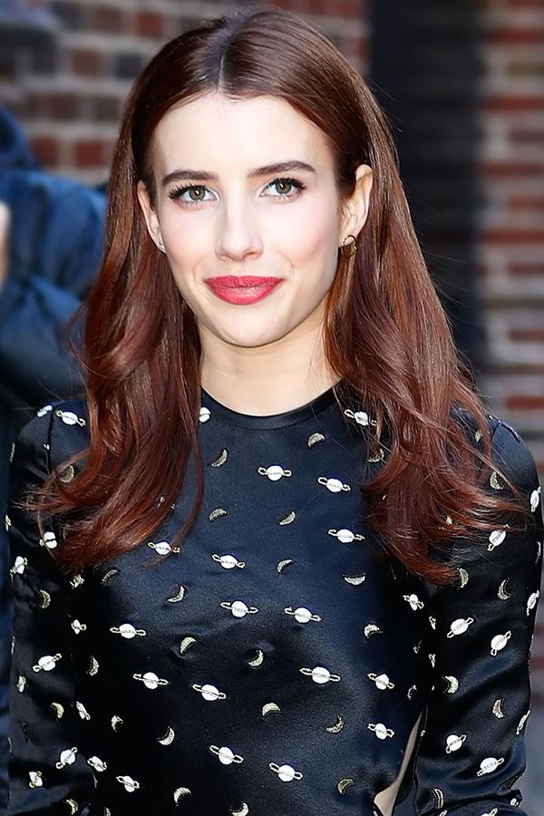 Màu son đỏ hồng tôn vinh vẻ đẹp thanh lịch và quyến rũ của Emma Roberts. Tuy nhiên, sắc son này khá kén người dùng, chỉ hợp với những nàng có nước da trắng trẻo.