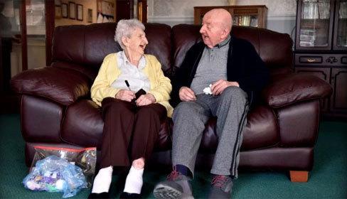 Mẹ 98 tuổi chuyển đến viện dưỡng lão chăm sóc con trai 80 tuổi