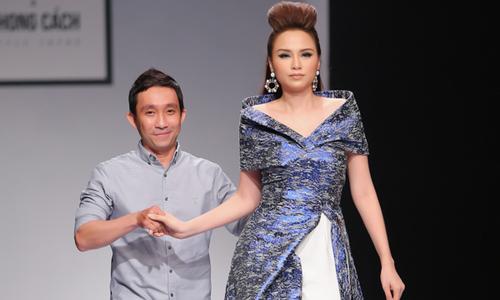 Diễm Hương được nhà thiết kế dìu ra sàn diễn