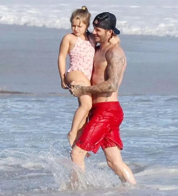 Harper mũm mĩm trong vòng tay bố khi đi biển trong kỳ nghỉ giữa kỳ tuần trước.