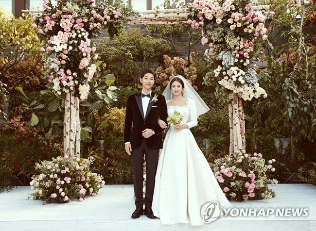 Bên cạnh cô dâu, chú rể Song Joong Ki cũng diện bộ tuxedo của Dior Homme.