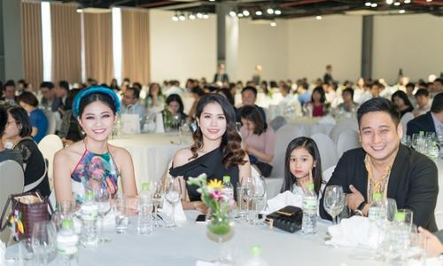Thanh Tú diện váy yếm đi xem vở diễn thực cảnh của Hoàng Nhật Nam