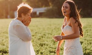 Bà ngoại ung thư giai đoạn cuối bật khóc nhìn cháu mặc váy cưới
