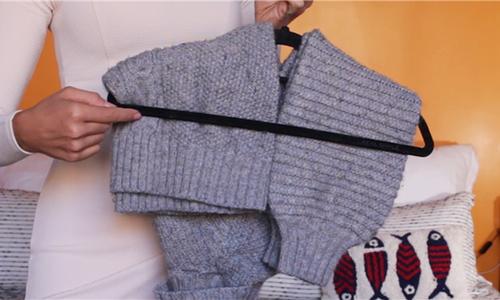 Cách treo áo len trong tủ tránh bai, dão và nếp gấp