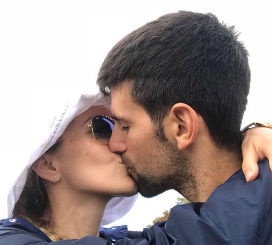 Hai vợ chồng trao nhau nụ hôn đắm đuối trên đỉnh núi ở Cote d zur