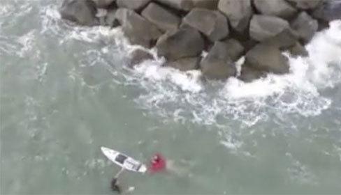 Cậu bé 13 tuổi nhường ván lướt sóng để cứu người đắm tàu