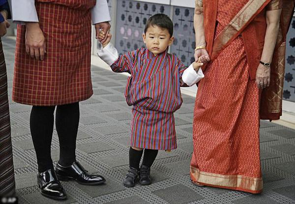 hoang-tu-nho-bhutan-cung-cha-me-tham-an-do-2