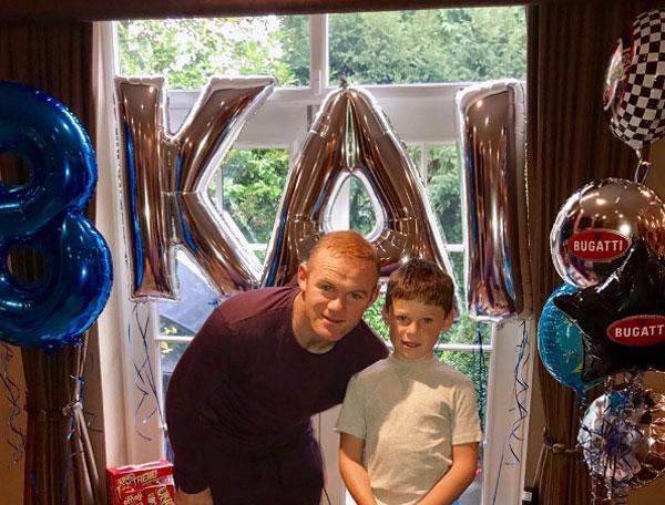Rooney chụp ảnh cùng con trai trong sinh nhật 8 tuổi của cậu nhóc.