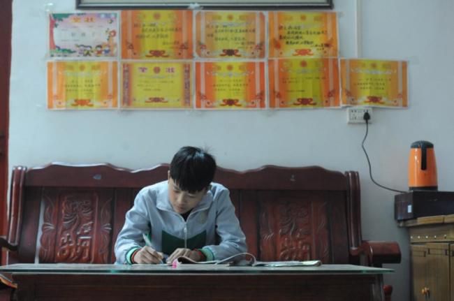 Gu là một học sinh giỏi ở trường và đã đạt được rất nhiều giấy khen, giải thưởng cho thành tích học tập.